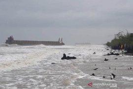 Gerbong kapal tongkang terdampar ke Aceh Timur