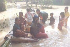 Para Babinsa Kodim 0204/DS bantu warga terdampak banjir