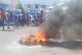 Ratusan supir Pangkalan demo tolak kehadiran Grab di Ternate