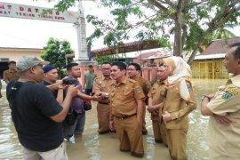 Pemkot serahkan bantuan mie instan dan beras kepada korban banjir