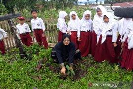 Di Tapsel, anak SD lakukan gerakan tanam pohon
