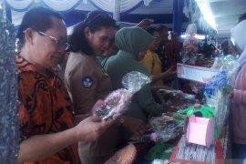 Siswa SMA Mandala Jayapura pasarkan produk keterampilan