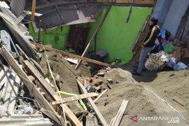 Satu keluarga tertimbun ruko akibat dihantam truk pasir, tiga orang tewas