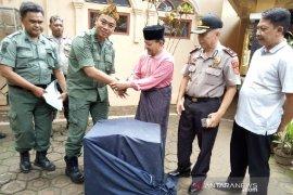 Santri Garut serahkan serahkan burung Cendrawasih ke BKSDA