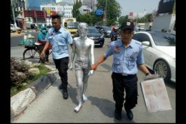 """Remaja """"Manusia silver"""" ngemis di Kebon Jeruk"""