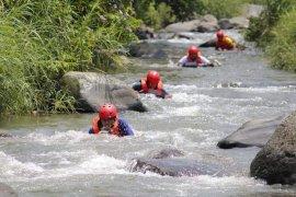 Ingin coba selancar di sungai? datang aja ke Padang Panjang