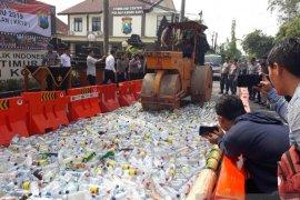 Polres Kota Kediri musnahkan ribuan botol minuman keras
