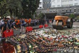 Polda Metro Jaya hancurkan puluhan ribu botol minuman keras