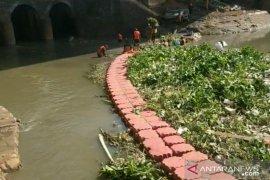 Jakarta Timur siagakan 1.035 petugas evakuasi sampah aliran air