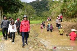 Presiden Jokowi tinjau pembangunan saluran irigasi di Desa Pa Api