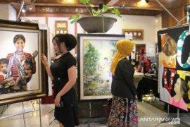 "Bertajuk ""Sang Surya"", 30 Perupa wanita pamerkan lukisannya (Video)"