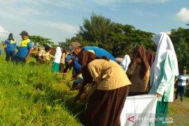 Anggota Pramuka NTB bersihkan Taman Wisata Loang Balok