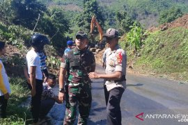 Dandim 1314/Gorontalo Utara Letkol Arm Firstya  terjun langsung ke lokasi longsor Sumalata