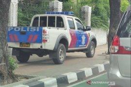 Polisi akan tindak tegas petugas yang parkir mobil di trotoar