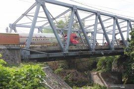 Tjhai Chui Mie tinjau jembatan rusak di Roban Singkawang Timur