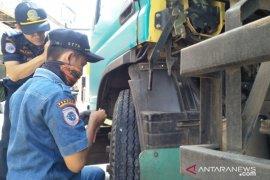 Polisi Cianjur tilang belasan truk saat ramcek