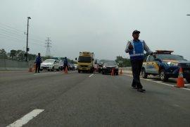 Arus kendaraan di jalan Tol Jakarta-Cikampek diberlakukan sistem buka-tutup