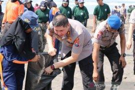 1000-an orang bersih-bersih sampah plastik di Pantai Pancer Puger
