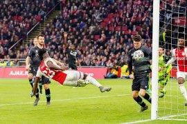 Ajax jaga jarak di puncak klasemen usai pesta gol ke gawang ADO