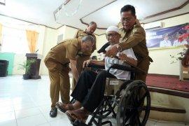 Wali Kota serahkan bantuan keluarga miskin di Banda Aceh