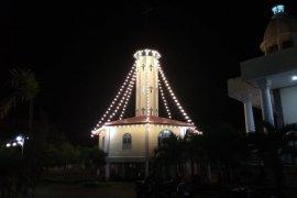 Sambut Natal Gereja Katolik Putussibau dikelilingi lampu hias