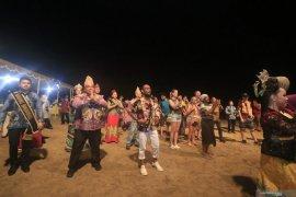 Wali Kota Banjarbaru mengajak turis Bali menari baegal