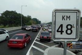 Petugas berlakukan contraflow di jalan Tol Jakarta-Cikampek