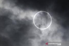 Gerhana matahari cincin fenomen perdana lintasi langit Aceh