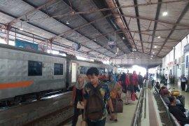 Libur Natal, ribuan penumpang padati stasiun di Daop Madiun