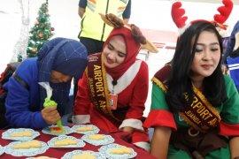 Pengelola Bandara Juanda ajak penumpang hias kue Natal