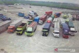 Petugas tahan truk langgar ketentuan pembatasan kendaraan di Tol Japek