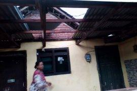 Puluhan rumah di Sidoarjo rusak diterjang angin kencang