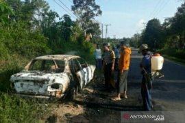 Polres Bangka Barat evakuasi mobil terbakar di Desa Air Limau