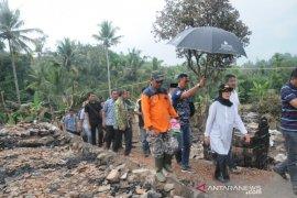 Bupati Lebak tinjau lokasi kebakaran 14 rumah di Luewidamar