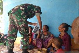 TNI datangi rumah warga lakukan pengobatan gratis