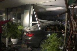 Apotek Senopati bukan pertama kali ditabrak mobil