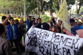 Puluhan mahasiswa PMII Langkat-Binjai unjuk rasa ke DPRD
