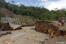 Sungai di Lahat meluap, 1 jembatan putus dan 7 rumah hanyut