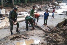 Kodim 0209 Labuanbatu prioritaskan buka jalan terputus akibat banjir bandang