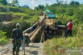 Kodim Kubar dan masyarakat bangun jembatan sementara