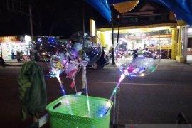 Di malam Tahun Baru, penjual balon bening Mamuju raup untung