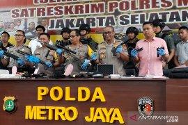 Polisi temukan tujuh senpi ilegal di rumah pengemudi Lamborghini koboi