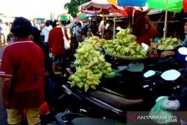 Anyaman ketupat ramaikan dua pasar di  Ambon