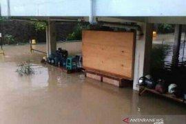 Tempat parkir di Basemen Rumah Sakit Anna Bekasi terendam banjir