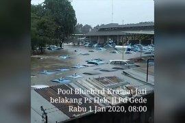 Blue Bird tengah mengevakuasi kendaraan terendam banjir