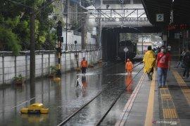 Empat kereta jurusan Surabaya terlambat akibat banjir Jakarta