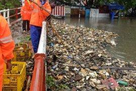 Atasi sampah akibat banjir, DLH Kota Tangerang kerahkan 105 petugas