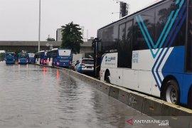 Transjakarta lakukan pengalihan rute akibat hujan tak kunjung reda