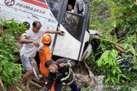 Bus terperosok ke jurang, penumpang terluka