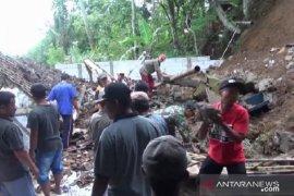 Rumah warga di Madiun tertimbun tanah longsor
